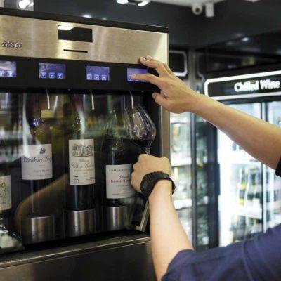 試酒機器,可以斟出少量酒作免費試飲。