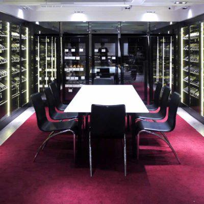 旗艦店內有試酒室,除了和朋友相聚暢飲,還可以舉辦課程和陪訓。