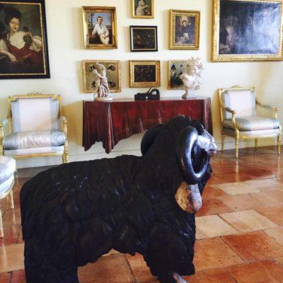 筆者攝於Chateau Mouton Rothschild的大宅內。