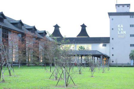 噶瑪蘭酒廠雖使用自動化設備烘烤麥芽,但仍然建造了威士忌酒廠標誌性的煙囪。