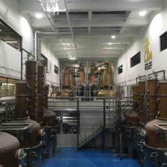 噶瑪蘭酒廠三組威士忌蒸餾器(後)及新購置的氈酒蒸餾器(前)