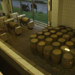 噶瑪蘭酒廠木桶烘烤區。所有購入木桶均須再加工,烘烤至特定程度才能使用。