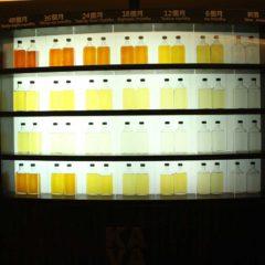 噶瑪蘭酒廠展覽室。威士忌在不同木桶中熟成時會發生不同的顏色變化。