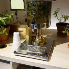 位於香榭麗舍大道,L'Occitane 聯同Pierre Hermès開了一「花園商店餐廳」就是觀看也賞心悅目。有香草茶免費提供給顧客隨飲用,有漂亮奪目的糕點飾櫃;像進入了童話樂園一樣。
