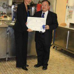 獲頒藍帶國際學院的證書