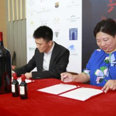 興利臻酒匯與美夏國際的紅魔鬼187ML 簽約儀式。