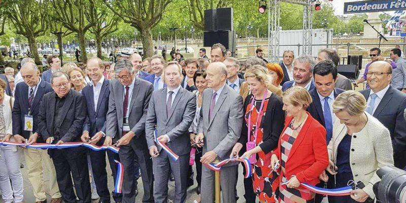 法國總統與主禮嘉賓剪彩。