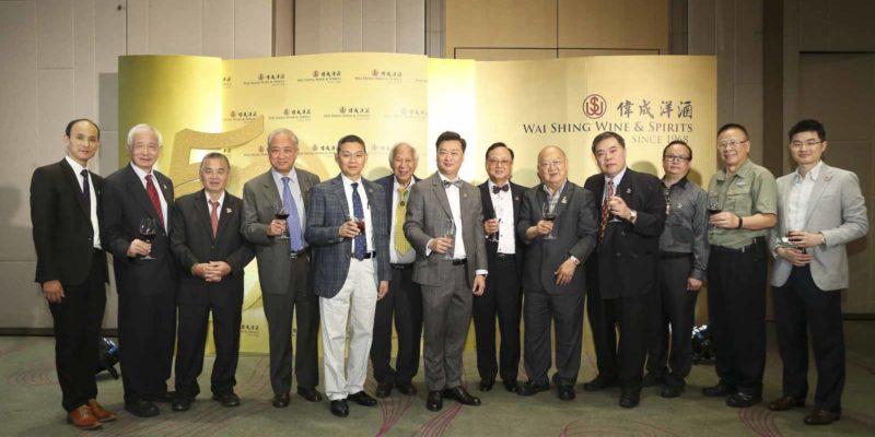 文德榮和父親文國雄(左七、八)和本港各大商會代表合照