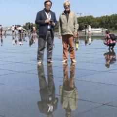 與立法會議員盧偉國合照於鏡面廣場