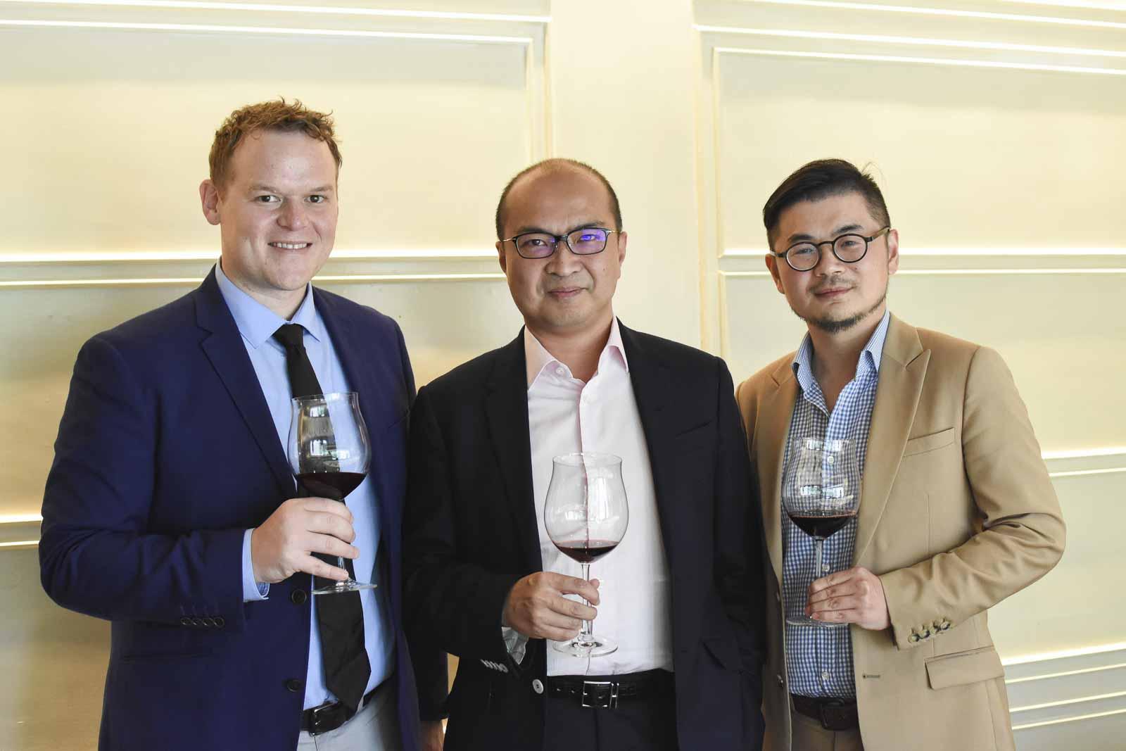 (由左起)MFWA行政總裁蓋博、麥廸森控股集團主席丁鵬雲及副主席朱欽