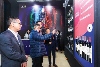瀘州老窖王洪波總蒞臨「酒加|Wine+」展位,體驗名莊葡萄酒跨境電商定制小程序