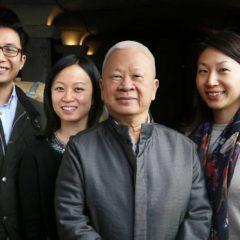 左起 — 郭豪(Howard)、郭嘉怡Karen、郭炎(Peter Kwok)和郭心怡Elaine在酒窖合影。