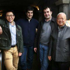 左起 — 郭豪(Howard Kwok)、釀酒師JEROME AGUIRRE、總經理Jean-Christophe Meyrou和郭炎(Peter Kwok)在Château Tour Saint Christophe酒莊的酒窖合影留念 。