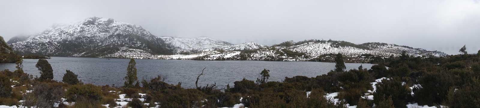 搖籃山山峰積雪,景色凄美。