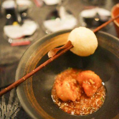 乾燒明蝦球配上一個穿了在樹枝上的脆飯粑,賣相可愛又美味。