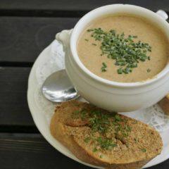 德國的夏季時令食品除了草莓和白露荀外還有十分珍貴的雞油菌菇。圖為在Eberbach修道院內餐廳中享用的雞油菌菇湯。