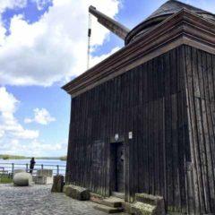 鄉鎮Oestrich萊茵河畔矗立著的一座古老葡萄酒裝載吊車。