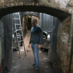 August Kesseler釀酒師Simon Batarseh親自帶我參觀他們在山洞內的酒廠和酒窖。