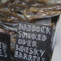 煙燻魚女檔主細心解說她如何用威士忌木桶煙燻這些黑線鱈魚,全是用心之作,買下一條帶回港後兩天才吃,煙燻味香濃,魚肉有咬勁,非常美味,實在後悔沒有多買幾條。