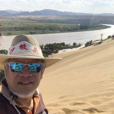 沙坡頭——後面是九曲黃河,圍繞著一片大漠。「大漠孤煙直,長河落日圓」