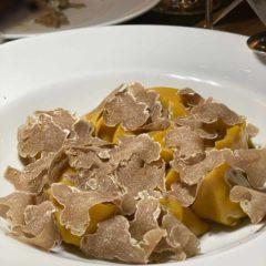 白松露可塑性高,可配做頭盆、意大利麵和甜品:生牛肉薄切、炸雞蛋、小牛肉和牛肝菌餛飩、奶酪和蛋白酥