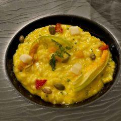 鰤魚薄切配西西里杏果和Kaluga魚子醬;Mezzi Paccheri(原自Campania的筒狀意大利麵)配紅蝦和羅勒香蒜醬;南瓜燴飯配Taleggio芝士和蕃茄醬