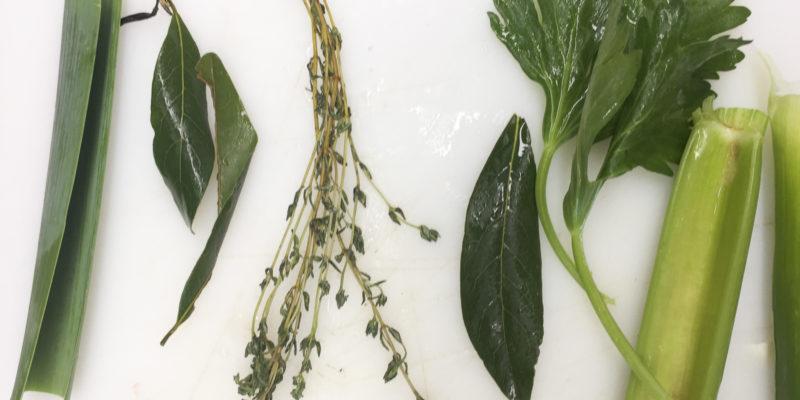 大蔥,百里香,歐芹及月桂葉(leek, thyme, parsley and bay leaf)是法式料理用來提升食材味道的香草,再根據個別食譜味道再加入其他例如迷迭香、西芹等香味材料;將大蔥段打開包入其他材料然後合上,用繩扎好成為一個香料紮,方便使用也方便棄掉。烹調各種肉類、魚類及菜類食物,用途廣泛。