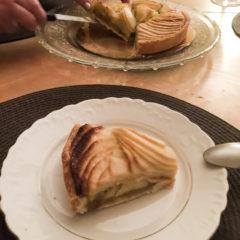 波蘭房東朋友給我難忘的驚喜,開甜酒款待我的蘋果批。