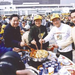 由左:漁農界立法會議員黃容根,漁護署署長陳振源,立法會主席范徐麗泰丶黃家和先生丶媒氣公司高層黃維安,於2003年在啟德機場推廣「萬人盆菜宴」活動。