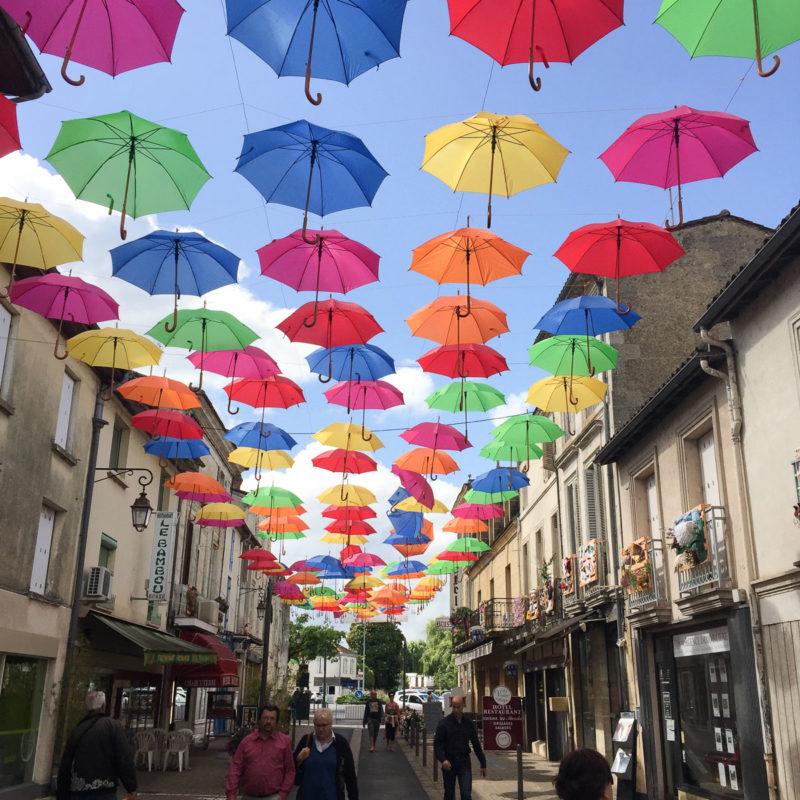 遇到節日,聖弗依古鎮都充滿色彩繽紛的氣氛