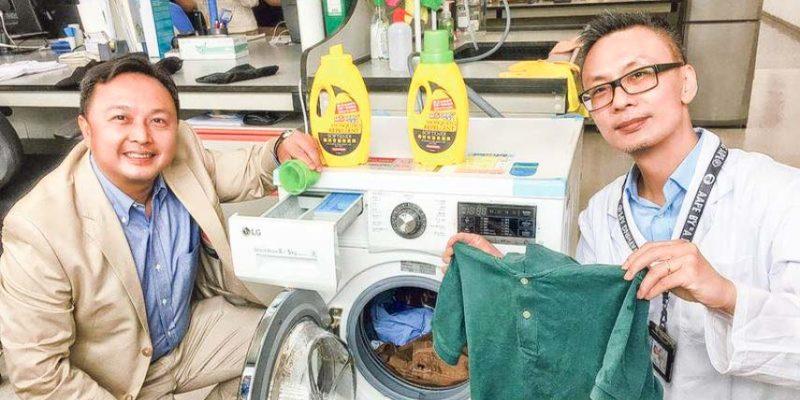 潘柏恒(左)及蔡崢鳴(右)認為透過洗衣程序令衣物具驅蚊功效是更佳防蚊方式。
