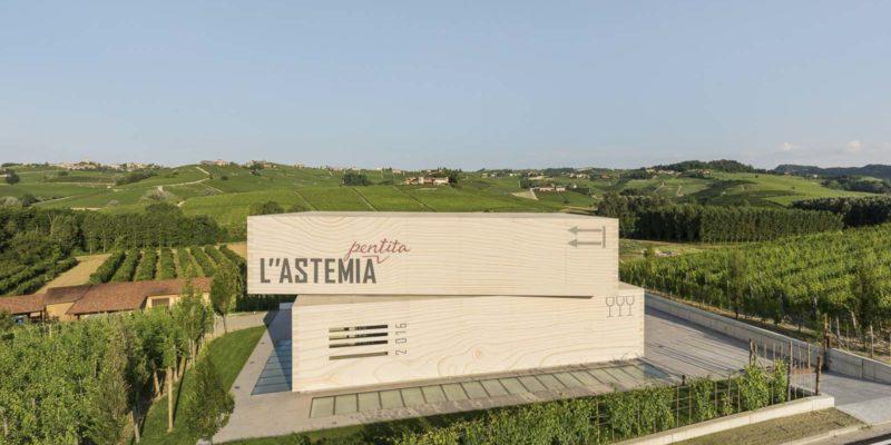 外型與兩個疊起的葡萄酒⽊箱極為相似的酒莊地上建築