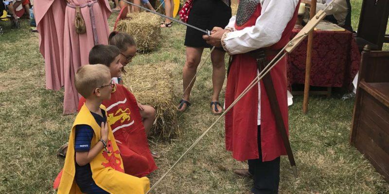 中世紀日(Medieval Day)其中一個活動是模仿騎士受策封的儀式,小孩特別開心