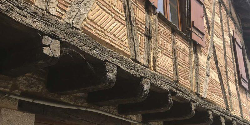 中世紀的建築,外牆的圖案,特式的簷蓬,讓你回到未來
