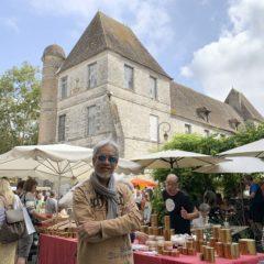 市集售賣的東西琳瑯滿目,背後的建築是莎拉大主教於1600年建成的,為當地標誌