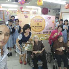 義工服務-送贈學生親做手的健康月餅給護老院的長者